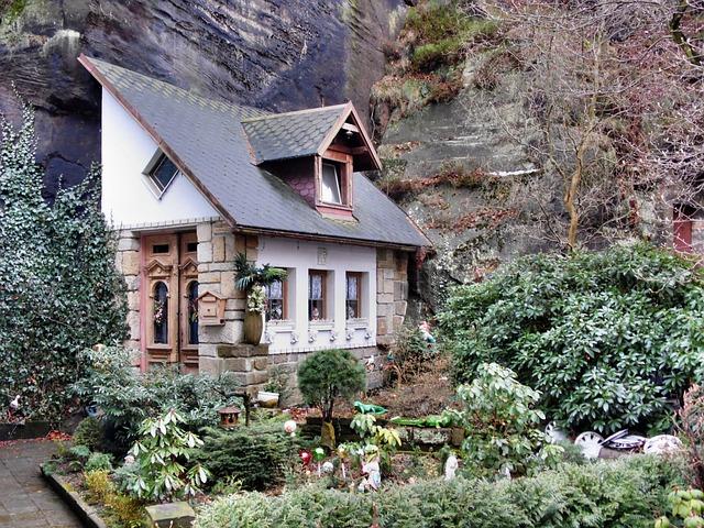 dwarf-house-92214_640