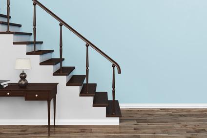 Treppe aus Holz vor einer blauen Wand in einem Haus